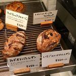 パンやきどころ RIKI - 店内棚 ハード系