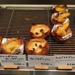 パンやきどころ RIKI - 店内棚 デニッシュ系