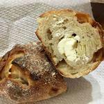 パンやきどころ RIKI - リンゴとアーモンドが練り込まれた生地にクリームチーズ!