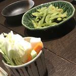 87849627 - お通しの野菜スティックと枝豆