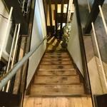 ぐるぐるねぎま - 店内 結構傾斜がキツイ階段
