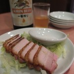龍門 - 脆皮焼肉と瓶ビール。