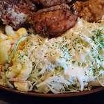 はまなす - 北海道料理の店 はまなす @中葛西 ざんぎに添えられるたっぷりんこの千切りキャベツとマカロニサラダ