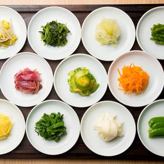 色彩豊かな15種類のナムルなど、季節感ある野菜を取り入れ表現