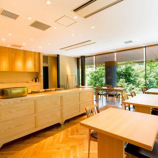 ゆっくりと食事とお酒を楽しむことができる開放的な空間