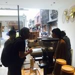 アラビカ 京都 - 店内には観光客が沢山