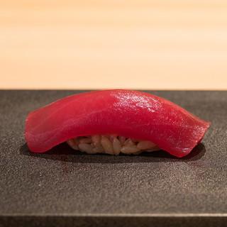 日本一と名高い「やま幸」のマグロに力強い赤酢のシャリ