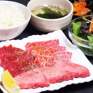 ランチタイムには定食スタイルで、絶品焼肉を堪能♪