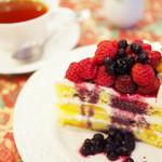 グロヴナーカフェ - CAKE SET(ベリーショートと紅茶)