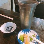 丸忠かまぼこ店 - 燗酒「真穂人」とお通しのホタテ酢味噌がけ