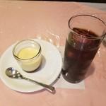 87877167 - デザートのプリンとアイスコーヒー