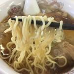 古久龍 - 中細のやや縮れ麺は加水少なめで美味しい。 茹ではデフォルトでいい感じ。 この麺はカタメでも美味い麺だ。 前回多目と書いてるが、二郎等と比べてね。