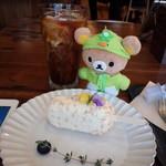 en cafe - イートイン。ピニャコラーダなんちゃら言うパイナップルのケーキ。大テーブル前の席の人と近くて気まずい。。