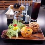 谷根千 az cafe - 昼イートイン。小振りのマフィン。暖め提供。単品で頼んだのですがサラダ付きで来ました。