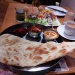 Cafe&kitchen オリエンタルSAPANA - 夜イートイン。選べるカレー2種とタンドリーチキン。