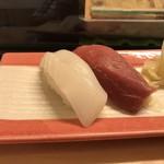 鮨よし - 料理写真:(中)にぎりの2貫 烏賊・鮪の赤身