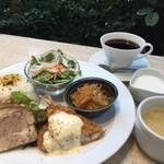 萠茶 - ランチプレート 豚肩ロースの昆布煮 揚物、一品、サラダ、スープ、ドリンク、デザート付 1000円