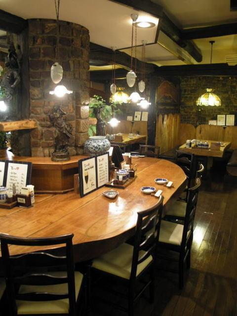 菩提樹 - 桜材の大テーブルは御巣鷹山の無垢材を使って作りました。