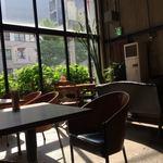FAbULOUS - 窓からの日差しが眩しい店内