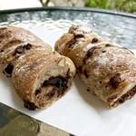87912303 - アダルトショコラ  エキゾチックな香味スパイスのアニスがクセになる美味しさ!ねっちりチョコクリームもカカオニブもビターで大人のチョコパン。