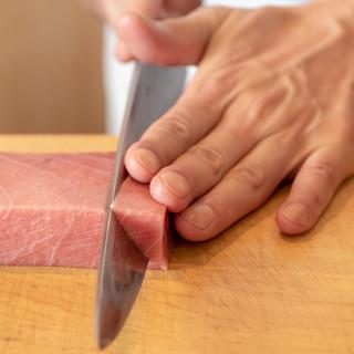 全国各地から空輸で届く季節の鮮魚。築地や北海道の旬魚を提供