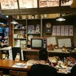 北海道増毛漁港直送 遠藤水産 - レトロ感あふれるカウンター席