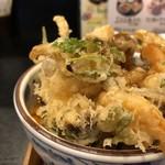 87922763 - ◆かき揚げ丼・・小エビ・牛蒡・人参・三つ葉などが入り、ボリュームある品。 甘目のタレがかけられています。 ご飯は「鴨の炊き込みご飯」