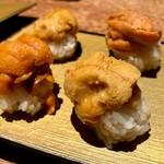 87934666 - バフンウニとムラサキウニの食べ比べ。海苔のない分ウニの甘さがダイレクトに。