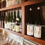 JOE'SMAN2号 - 厳選されたお酒達がカウンター棚に並ぶ