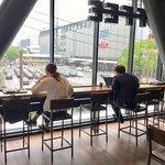 スターバックスコーヒー - 窓越しに広島駅も見える。