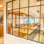 山地陽介 - 暖簾をくぐるとそこは別世界。格子ガラスから奥の坪庭にかけての眺めが広がります。