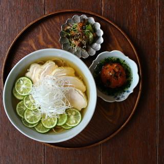 蒸し鶏とすだちの冷やし蕎麦季節のおばんざい定食