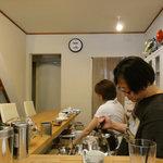 岩村紅茶 - マスターとママ、紅茶を淹れる様子