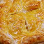 87951173 - パン屋さんのアップルパイって、パン寄りのものから                       ケーキっぽいものまでいろいろあるけど、                       これはケーキ寄りのアップルパイだなぁ。