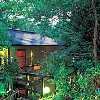 森の中の料理宿「花吹雪」。4700坪の敷地にたった17室。