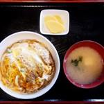 ツルミ食堂 - カツ丼、味噌汁、たくあんのシンプル最強トリオ