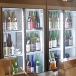 日本酒と魚串 松吉 - 日本酒の冷蔵庫