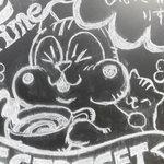 87962938 - 看板のイラストもカワイイ♪おんぶ子ネコの前足♡