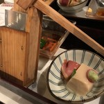 87964451 - 本日の先付け、心太と胡麻豆腐。なかなか小粋な盛り付けです。