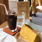 カフェ アロハマイ - 料理写真:アイスコーヒーと、抹茶&ホワイトチョコのシフォンケーキ