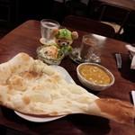 Putali Cafe - 夜イートイン。シーフードカレー、サラダ、デザート、ドリンクのセットに別注文のナン。