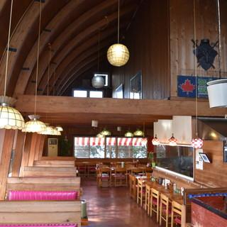 ログハウス風の落ち着く空間で諏訪湖を眺めながらお食事を♪♪
