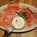 87969938 - イタリア産生ハム&サラミの3種盛り合わせ 自家製ストラッチャテッラをのせて(half)