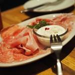 87969952 - イタリア産生ハム&サラミの3種盛り合わせ 自家製ストラッチャテッラをのせて(half)