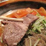 釜山亭 - 茹で豚?のスライスも1切入ってます。スープは牛骨と鶏ガラだそうで、さっぱりとした中に旨みもあります。