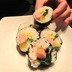 釜山亭 - 辛ラーメンセットに付くミニ韓国のり巻。具は、魚肉ソーセージ・薩摩揚げ?・青菜・たくあん・玉子。