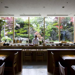 絶景の日本庭園を眺めながら、優雅なひと時を