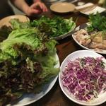 亜鹿猪~珍 - 鶏肉を包む サニーレタス、紫キャベツ、パクチー♪