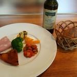 87979270 - 赤、黄、緑、ピンクと彩り豊かな前菜盛り合わせ、パンデュースさんのバゲットはEXバージンオリーブオイルで