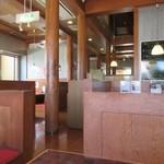 焼肉 海王 - 靴を脱いで上がる店内は広々としてテーブルの中央に無煙の炭火ロースターを配置した座席が並びます。